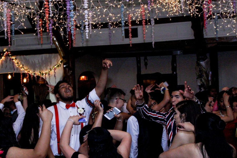Students+having+fun+at+prom.