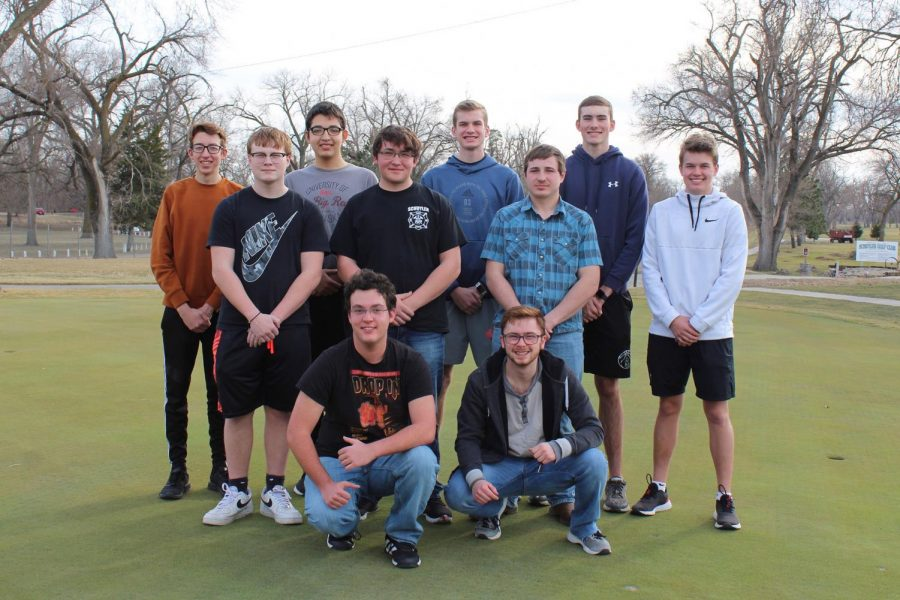 2021 Spring Boys Golf players pose for picture.